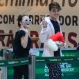 Larissa Manoela e Leo Cidade acenaram para fotos ao embarcarem em aeroporto no Rio