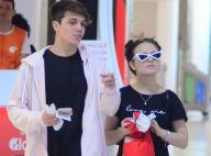 Larissa Manoela usa óculos retrô e coque duplo ao embarcar com namorado. Fotos!