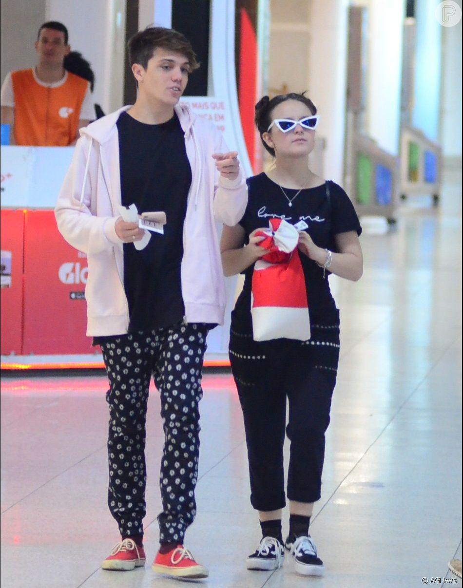 Larissa Manoela usou óculos estiloso ao embarcar com namorado, Leo Cidade, em aeroporto Santos Dumont, no Rio de Janeiro, nesta sexta-feira, dia 1º de junho de 2018