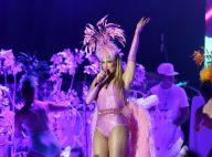 Claudia Leitte usa look rosa com cauda de plumas em estreia de nova turnê em SP