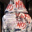 Pabllo Vittar usa figurino com manchetes de notícias de violência contra homossexuais