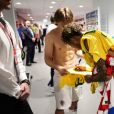 Neymar autografa camisa para jogador da Croácia após jogo
