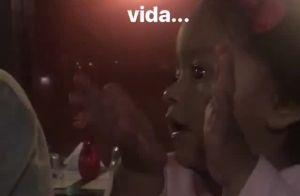 Juliana Alves filma filha, Yolanda, batendo palmas: 'As primeiras da vida'