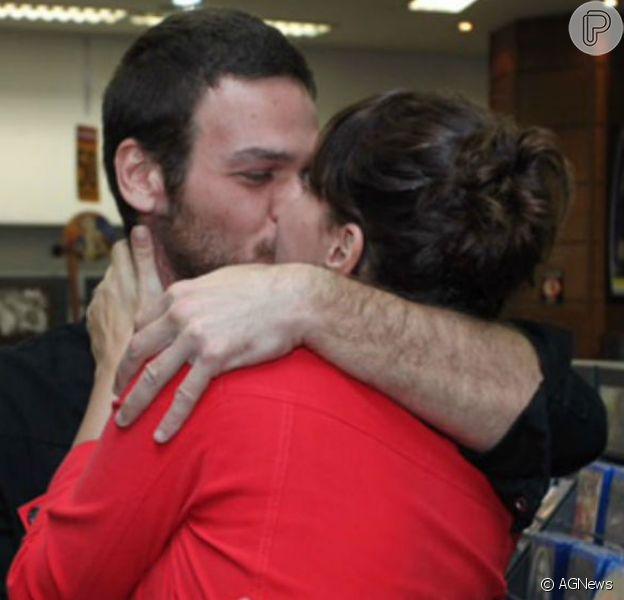 Emilio Dantas postou foto de beijão na namorada, Fabiula Nascimento, em bastidor de novela nesta segunda-feira, 4 de junho de 2018