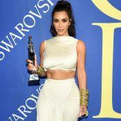 Kim Kardashian, com cropped e saia, ganha prêmio 'Influencer' do CFDA: 'Chocada'