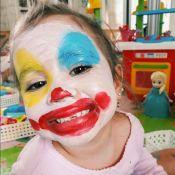 Filha de Deborah Secco, Maria Flor se diverte com rosto pintado:'Cheio de tinta'