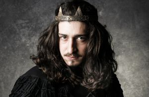 'Deus Salve o Rei': Rodolfo finge ser o avô para dar golpe na tia de Lucrécia