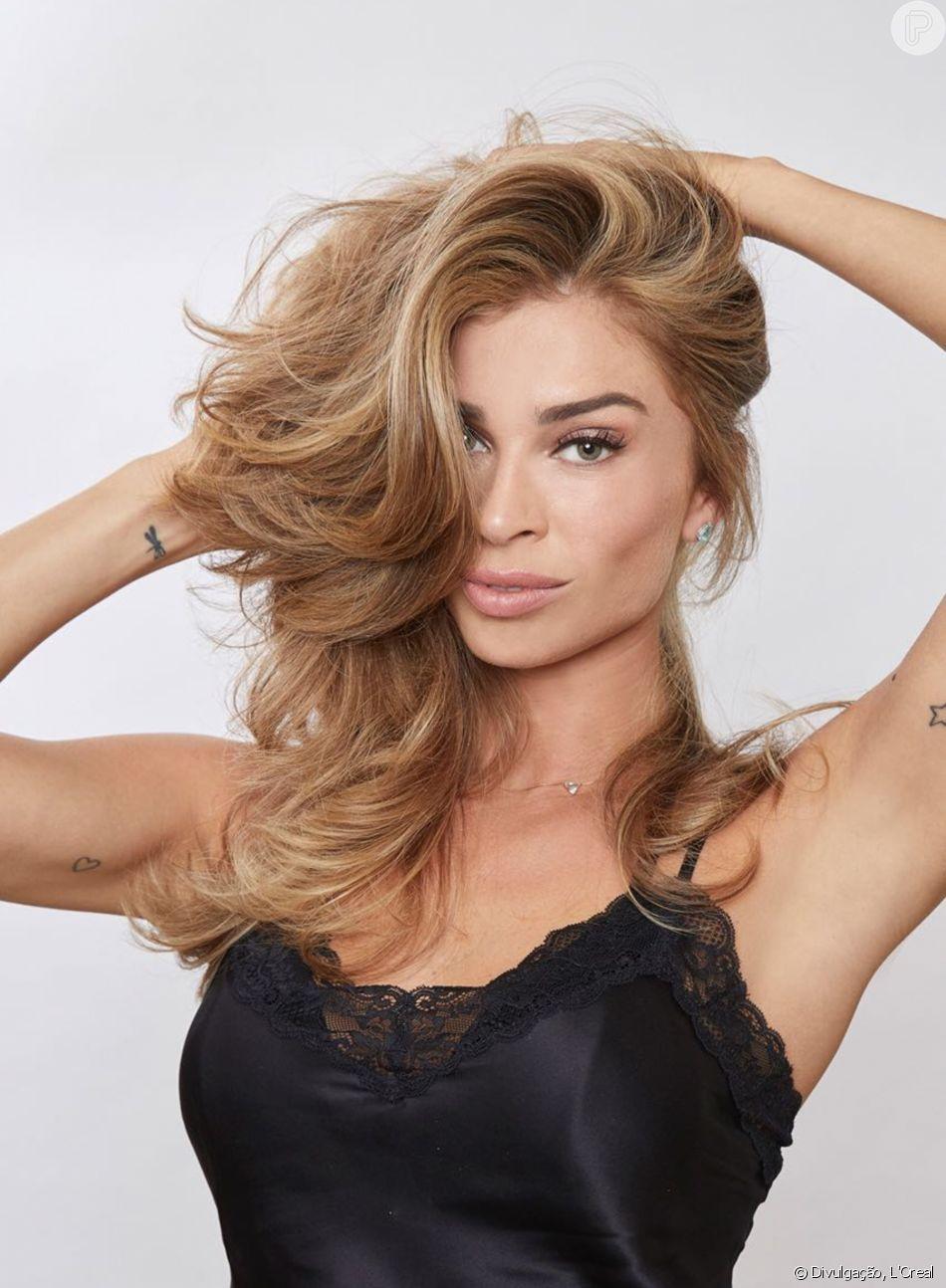 Grazi Massafera usa saco de mercado para fazer massagem no cabelo
