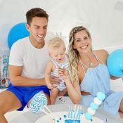 Karina Bacchi celebra 10 meses do filho, Enrico, em viagem: 'Folia e bolo grego'