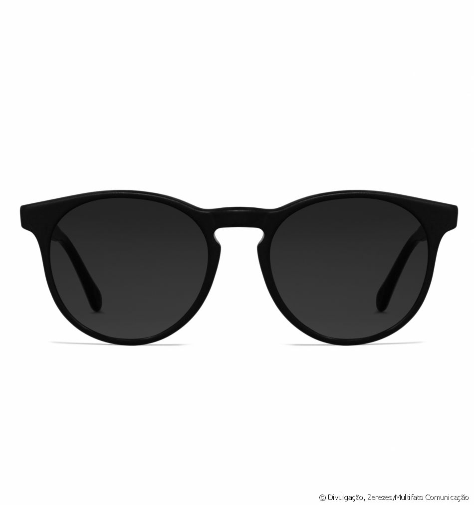 De acetato preto, o óculos de sol Zerezes custa R  430 - Purepeople 58d9916557