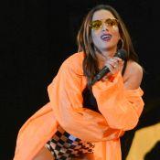 Anitta combina hot pants quadriculada e casaco laranja em show. Fotos do look!