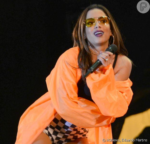 Anitta combinou hot pants quadriculada e casaco laranja para se apresentar na Festa de Peão de Americana, em São Paulo, na madrugada deste sábado, 9 de junho de 2018