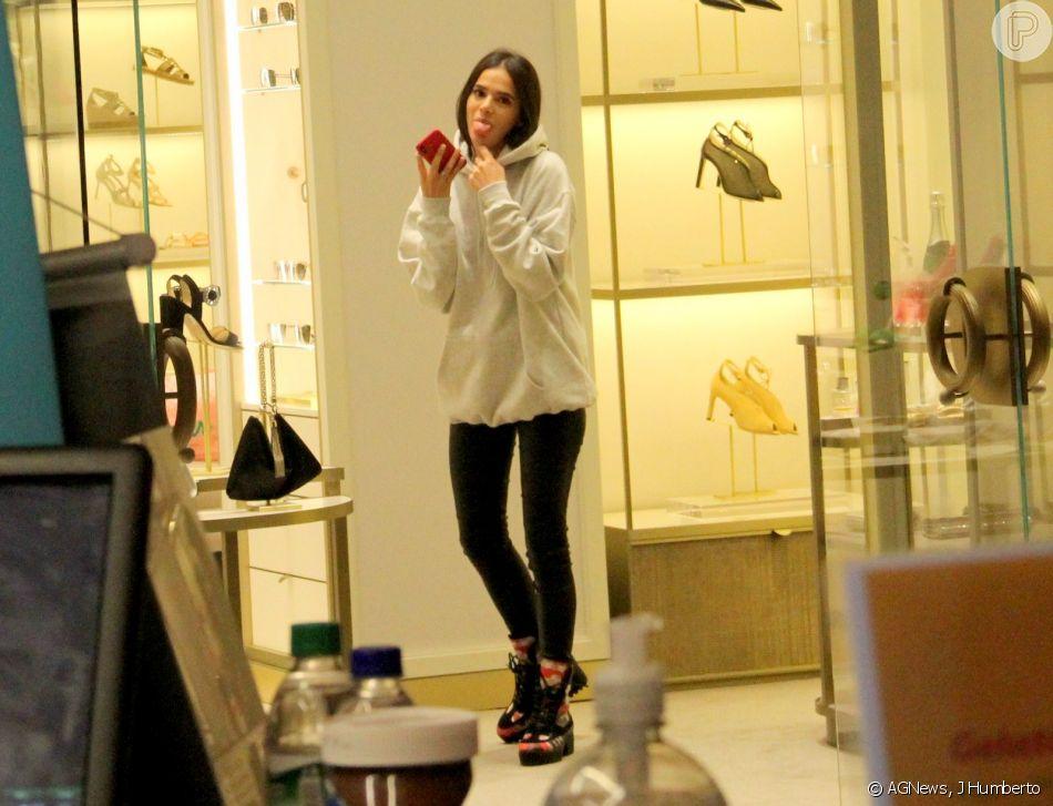 854282302a7 Bruna Marquezine mostrou a língua para o fotógrafo ao perceber que estava  sendo clicada. Bruna Marquezine foi ao shopping Village Mall ...