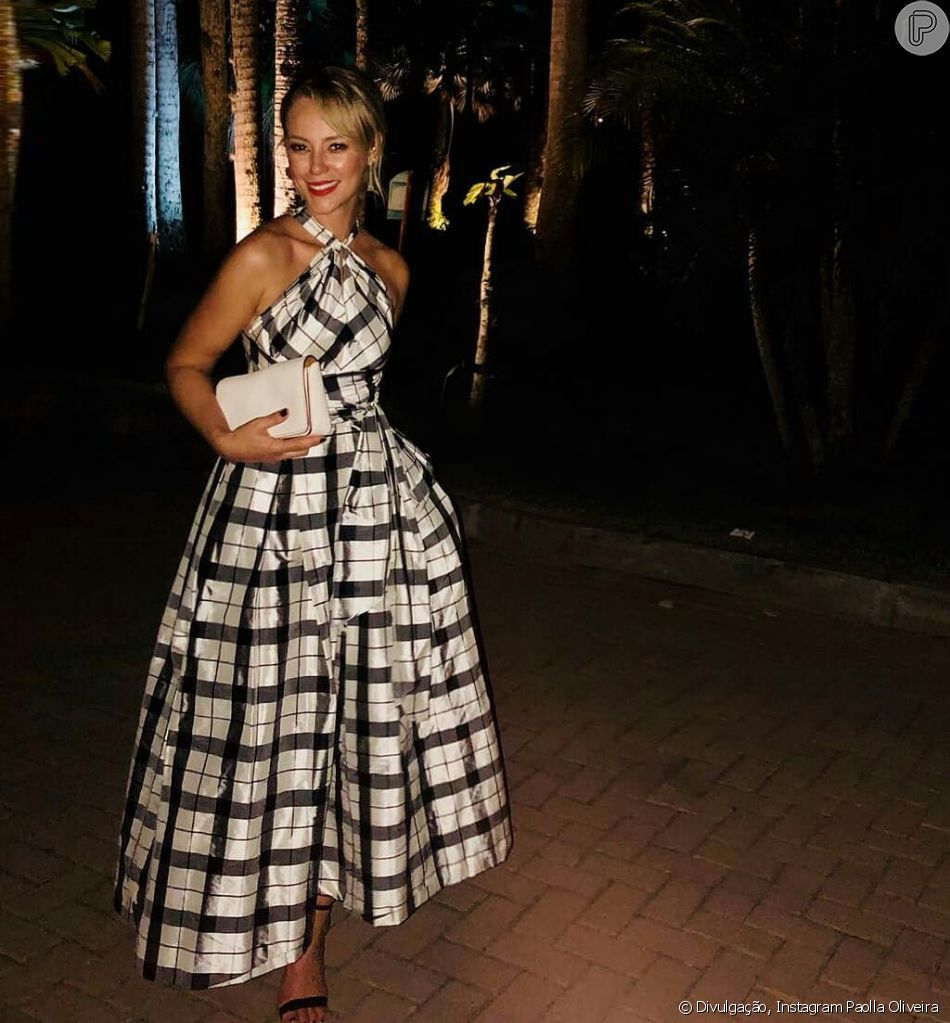 Paolla Oliveira chegou deslumbrante ao casamento de Isis Valverde usando um vestido xadrez da grife de Carolina Herrera