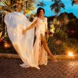 Juliana Paes foi ao casamento de Isis Valverde e André Resende com um vestido fendado de Samuel Cirnansck