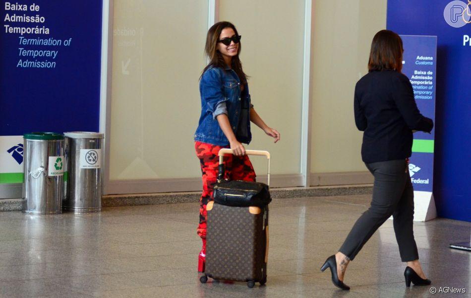 bbf3ad34573aa Anitta escolheu um óculos retrô preto para a viagem internacional ...