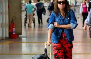 Vermelho e jeans! Anitta alia camuflado, red boots e jaqueta em look. Fotos!
