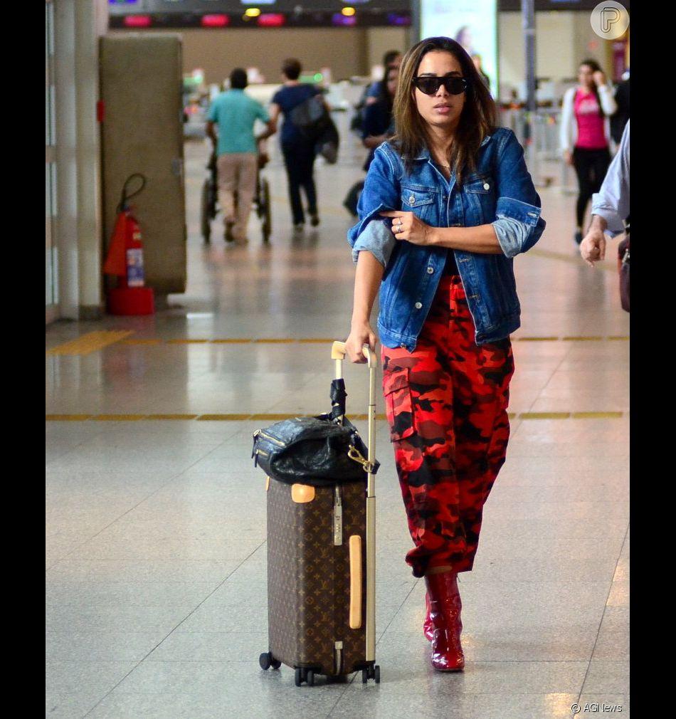Vermelho e jeans! Anitta alia camuflado, red boots e jaqueta em look para embarcar nesta segunda-feira, dia 11 de junho de 2018