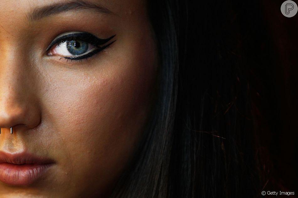 Não sabe qual o delineado ideal para o seu formato de olho? Em entrevista para o  Purepeople , a maquiadora Daniella Vaz ensina o passo a passo para valorizar o seu olhar