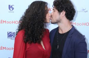 Débora Nascimento troca beijo com José Loreto ao lançar filme no Rio. Fotos!