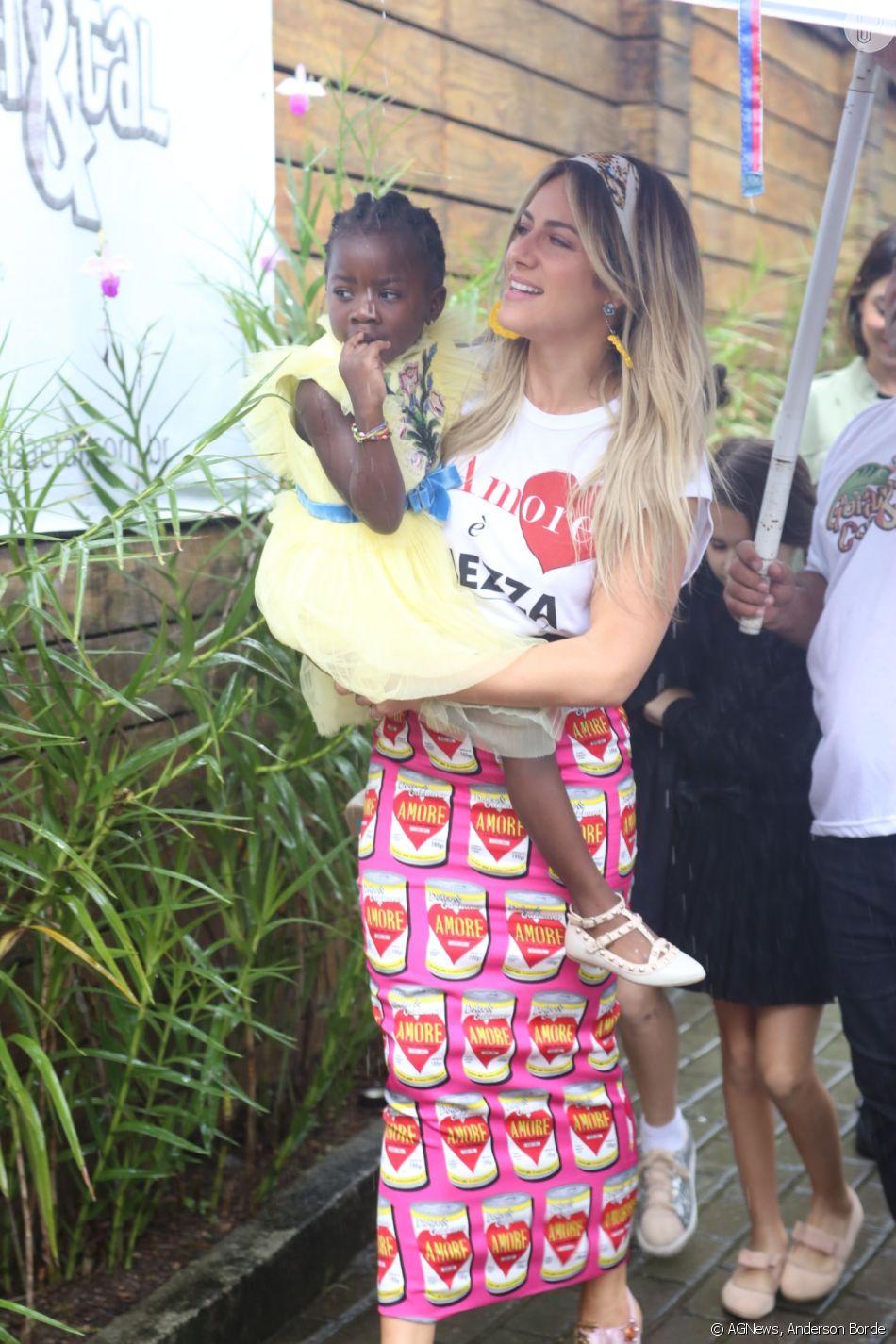 Filha de Giovanna Ewbank e Bruno Gagliasso, Títi usa vestido amarelo em festa de aniversário neste sábado, dia 16 de junho de 2018