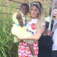 Giovanna Ewbank escolheu blusa e saia estampadas para a festa de aniversário de Títi, sua filha com Bruno Gagliasso