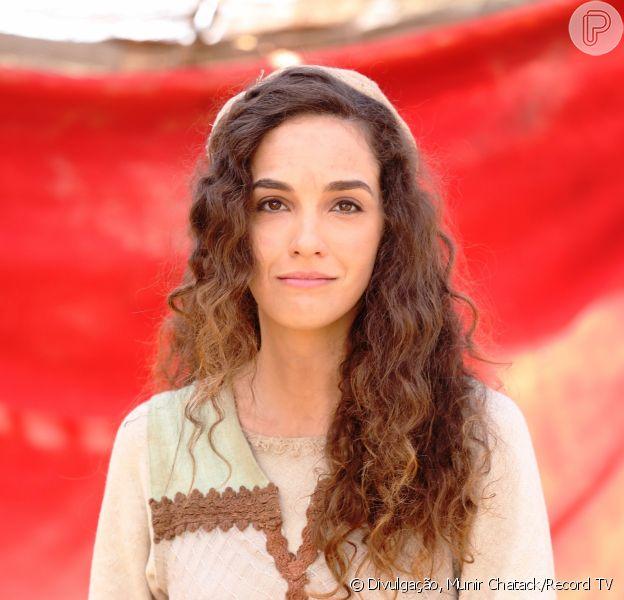 Bruna Pazinato é Lia, a primeira mulher de Jacó (Felipe Cardoso), Jovem que perdeu a mãe aos 8 anos no nascimento da irmã, Raquel (Graziela Schmitt), e se tornou uma mulher que não se valoriza como deve na série 'Lia'