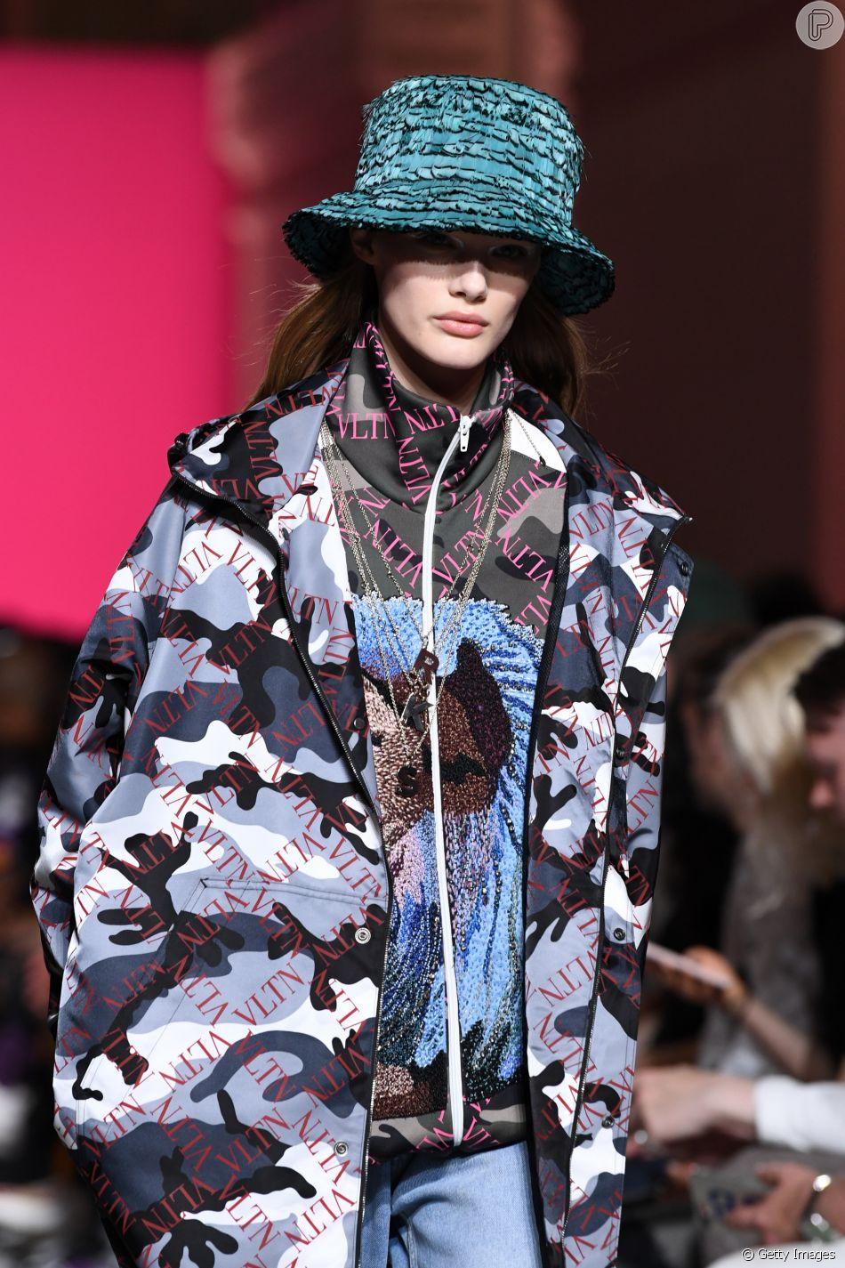 Tendências das Fashion Weeks: a Semana de Moda de Paris, que termina em 24 de junho 2018, fecha a temporada de moda masculina de primavera/verão 2019. Mulher na passarela do desfile masculino sinaliza o fim do gênero na moda
