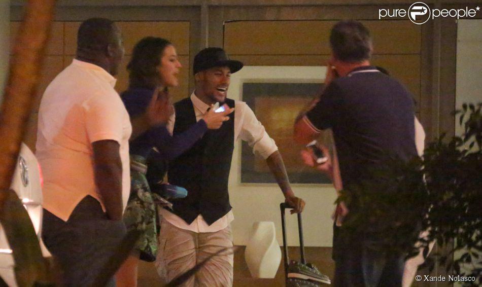 Neymar assistiu ao último capítulo de 'Em Família' ao lado de Bruna Marquezine em uma churrascaria na Barra da Tijuca, Zona Oeste do Rio, na noite de sexta-feira, 18 de julho de 2014. Depois, o casal seguiu para a casa da atriz, onde dormiu