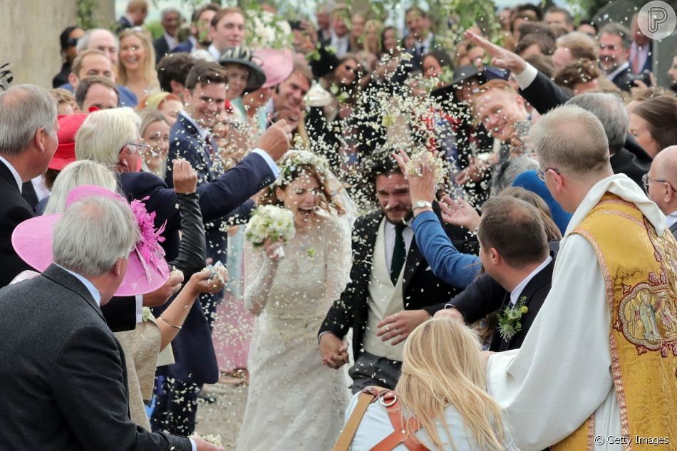 Kit Harington e Rose Leslie, de 'Game of Thrones', receberam uma chuva de flores ao deixar a igreja