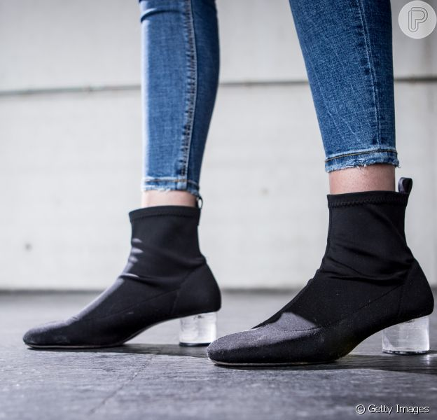 O modelo de sock boots com salto de acrílico é hit da temporada, confira o que está em alta para o inverno 2018