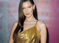 Elegância com fenda e decote nas costas: o look Versace de Bella Hadid