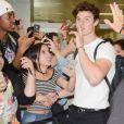 Shawn Mendes organiza fãs para atendê-los em aeroporto de São Paulo nesta sexta-feira, dia 29 de junho de 2018