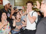 Shawn Mendes organiza fãs para fotos em aeroporto de SP: 'Têm que se acalmar'