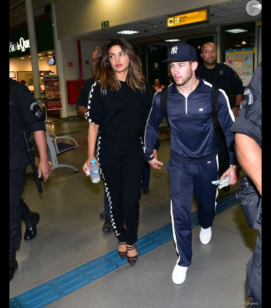 Nick Jonas e nova namorada, Pryanka Chopra, embarcam de mãos dadas em SP nesta sexta-feira, dia 29 de junho de 2018