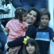 Passeio em família! Vanessa Giácomo carrega filha no colo em shopping. Fotos!