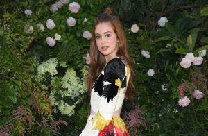 Floral e half bun: o look de Marina Ruy Barbosa no desfile da Valentino em Paris