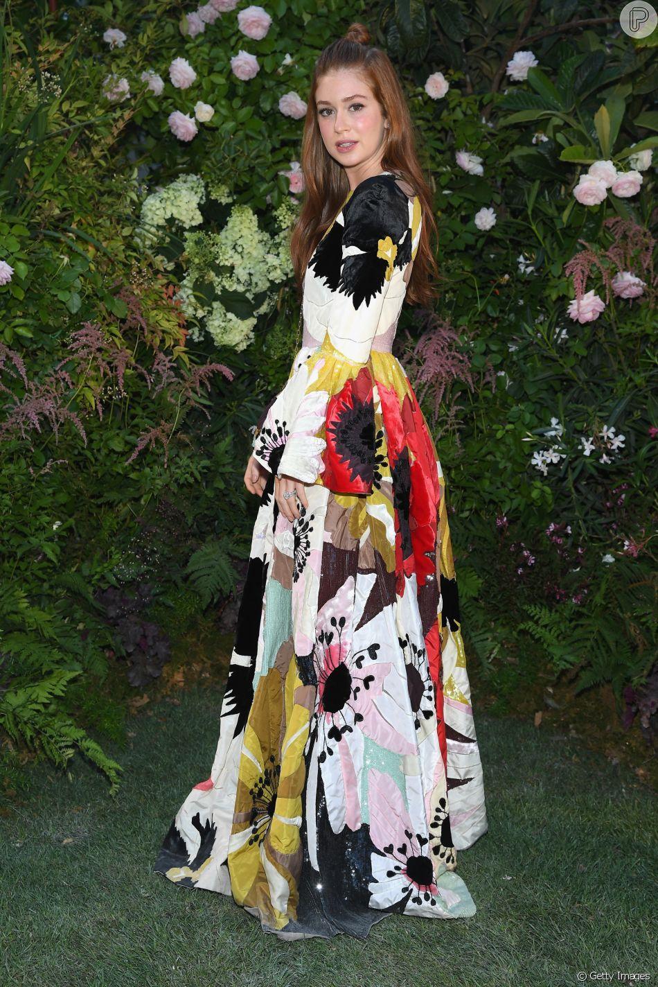 7847c1894574f Floral e halfbun  o look de Marina Ruy Barbosa no desfile da Valentino em  Paris