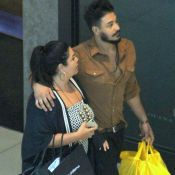 Após viagem, Fabiana Karla passeia com namorado por shopping do Rio. Fotos!