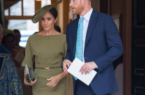 Vestido verde-oliva e brincos Cartier: o look de Meghan Markle no batizado real