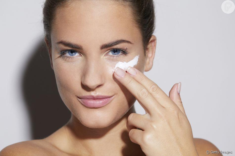 A máscara para o rosto pode ser feita com argila, ou utilizar as sheet masks