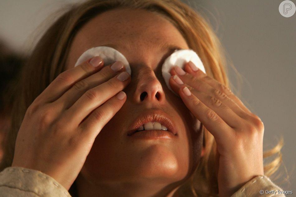 O creme para os olhos pode clarear e hidratar as olheiras