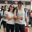 Para viajar com Rodrigo Santoro, a apresentadora Mel Fronckoviak escolheu skinny preta + t-shirt branca + tênis