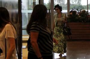 Giovanna Lancellotti passeia com bobes no cabelo por shopping no Rio