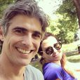 Reynaldo Gianecchini posa com Christiane Alves, amiga do ator, em um parque da Dinamarca