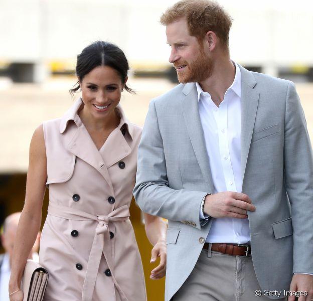 Meghan Markle seguiu a tendência de trench coat como vestido ao acompanhar o marido, príncipe Harry, na abertura da exposição em homenagem a Nelson Mandela, em Londres, nesta terça-feira, 17 de julho de 2018