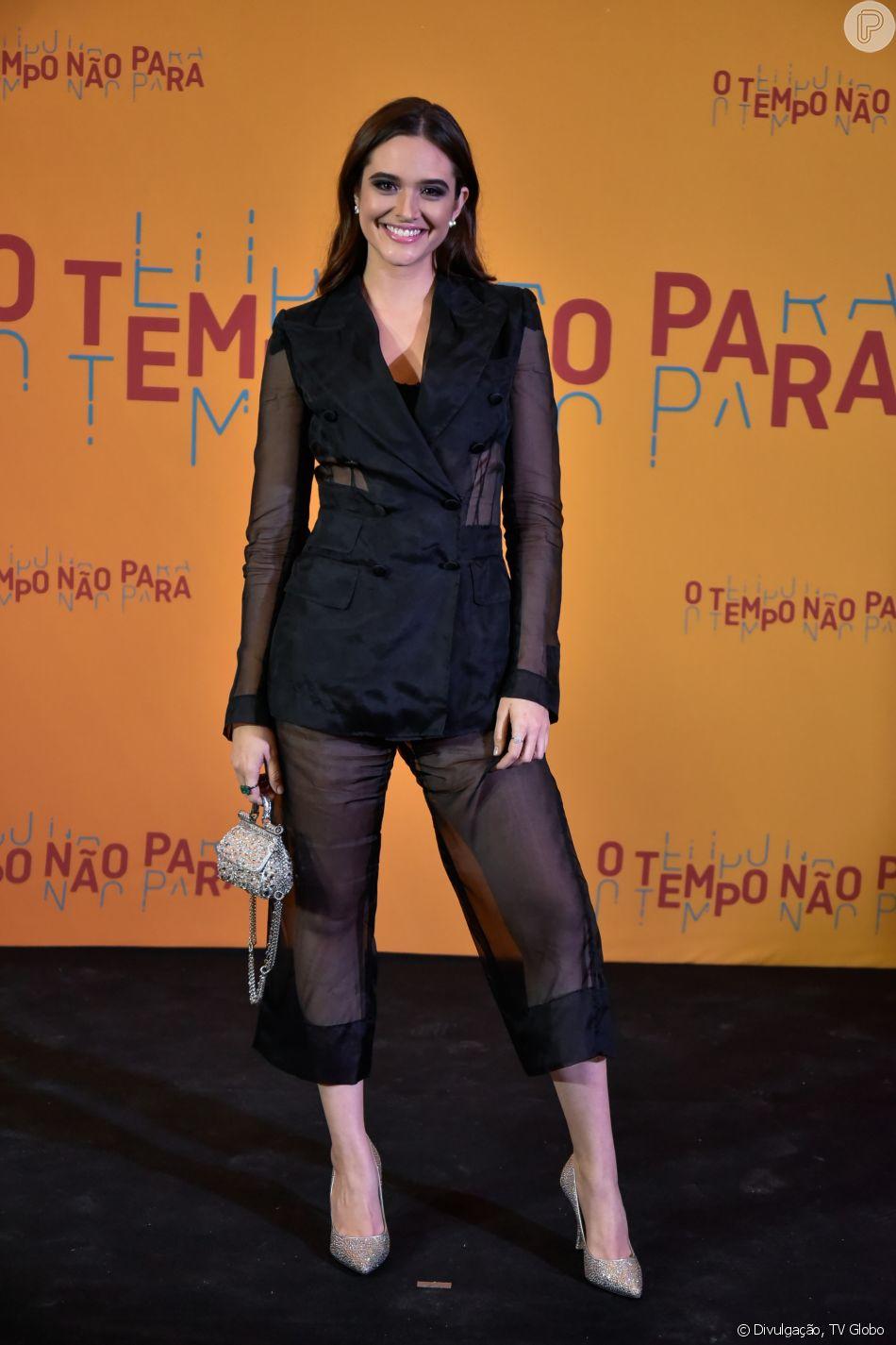 e91eca5ec3 Juliana Paiva usou look Dolce   Gabbana no lançamento da novela  O Tempo  Não Para