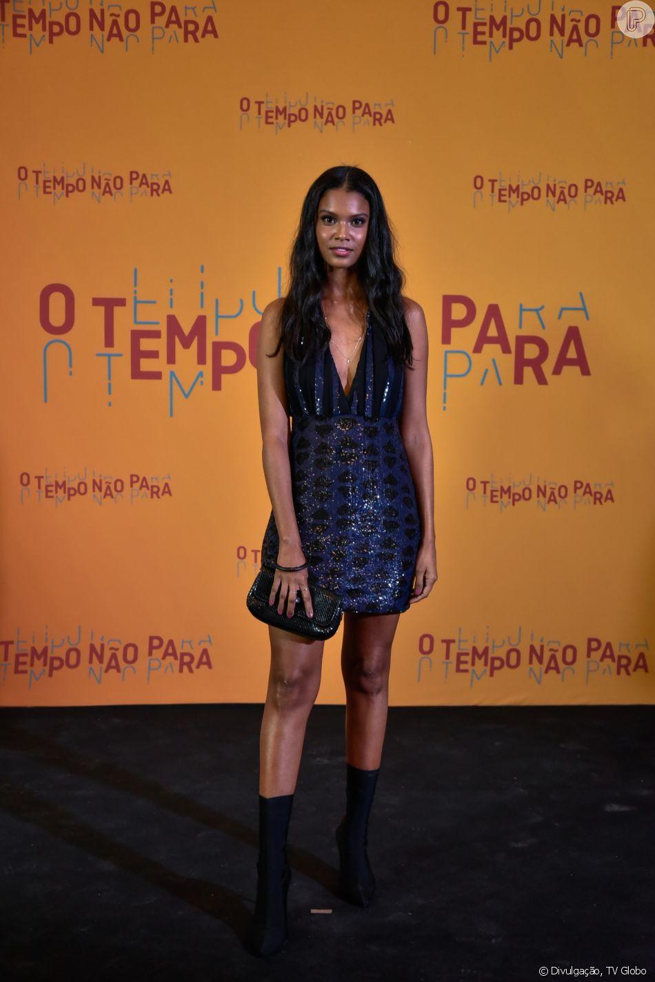8878c3d7ffb91 Aline Dias ornou uma peça da marca Animale repleta de paetês nas cores  preta e azul