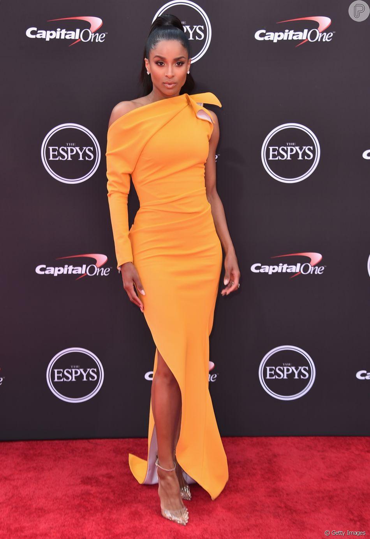 1220a65d754fa A cantora Ciara ousou com um vestido com superfenda lateral criado pelo  designer de moda australiano