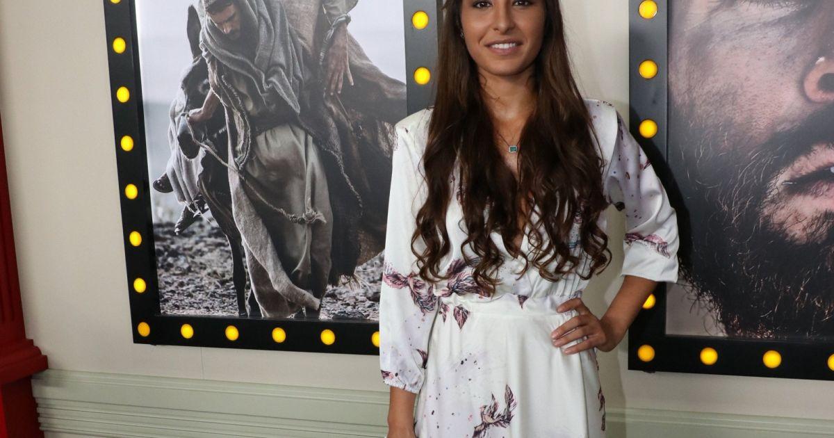 d1fa41b34e Atriz Juliana Xavier com vestido da marca Amy Concept na coletiva da novela   Jesus
